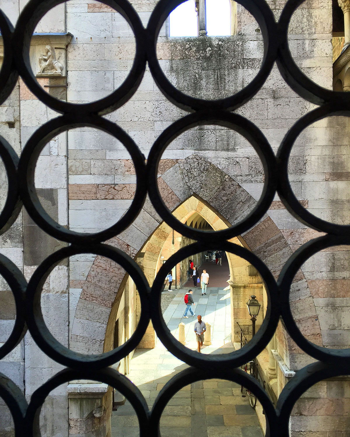 Gothic arches inserted between the bell tower and duomo to prevent collapse.